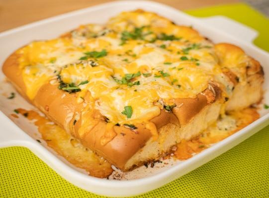 Pan al horno con ajo y queso gratinado