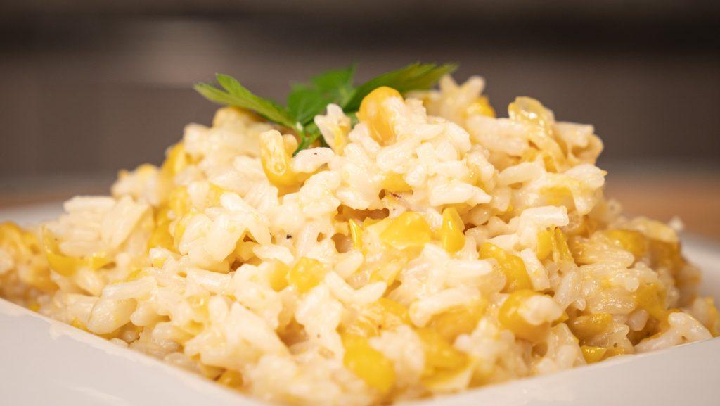 arroz cremosos en la cocina revestida