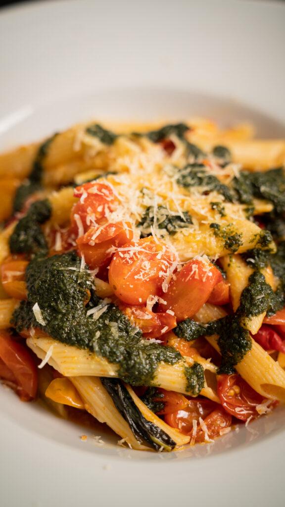 gastronomía sostenible, pasta en pomodoro y pesto